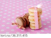 Macaroni cakes with vanilla and chocolate filling close-up. Стоковое фото, фотограф Анна Гучек / Фотобанк Лори