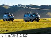 UAZ Touristenbusse fahren durch die Steppe, Orchon-Tal, Mongolei / ... Стоковое фото, фотограф Zoonar.com/Pant / age Fotostock / Фотобанк Лори
