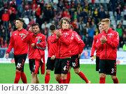 Applaus für die Fans, artig bedanken sich die Freiburger Spieler ... Стоковое фото, фотограф Zoonar.com/Joachim Hahne / age Fotostock / Фотобанк Лори