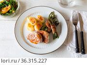 Schweinemedaillons mit Kartoffeln und Bohnen im Speckmantel. Стоковое фото, фотограф Zoonar.com/Nils Melzer / easy Fotostock / Фотобанк Лори