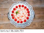 Torte Erdbeer Frischkäse auf rustikal Holz. Стоковое фото, фотограф Zoonar.com/Nils Melzer / easy Fotostock / Фотобанк Лори