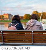 Mutter und Tochter sitzen auf einer Bank am Ufer der Elbe in Dresden. Стоковое фото, фотограф Zoonar.com/Heiko Kueverling / easy Fotostock / Фотобанк Лори