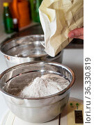 Mehl in einer Schüssel wiegen und Teig zubereiten - Brot backen. Стоковое фото, фотограф Zoonar.com/Alfred Hofer / easy Fotostock / Фотобанк Лори