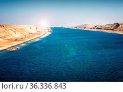 Der Suezkanal - Militärschiff und Schlepper fahren im 2015 neu eröffneten... Стоковое фото, фотограф Zoonar.com/Simone Buehring / easy Fotostock / Фотобанк Лори