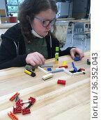6th Grade Special Education Student Using Building Blocks in Technology... Стоковое фото, фотограф Barrie Fanton / age Fotostock / Фотобанк Лори