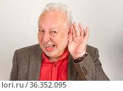 Schwerhöriger Senior hält Hand an Ohr auf hellem Hintergrund. Стоковое фото, фотограф Zoonar.com/Birgit Reitz-Hofmann / easy Fotostock / Фотобанк Лори