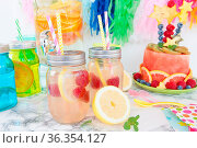 Frische hausgemachte Limonade mit Zitrone und Himbeere. Стоковое фото, фотограф Zoonar.com/Barbara Neveu / easy Fotostock / Фотобанк Лори