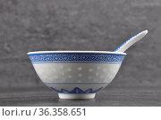 Asiatisches Essgeschirr mit Besteck - Asian dinnerware with cutlery... Стоковое фото, фотограф Zoonar.com/lantapix / easy Fotostock / Фотобанк Лори