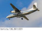 """Пролетающий над головой самолет Ан-26Б-100 """"Шарья""""(RA-26081) Костромского авиапредприятия. Редакционное фото, фотограф Виктор Карасев / Фотобанк Лори"""