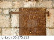 Eine eiserne verriegelte Tür versperrt den Zugang zum Burggefängnis. Стоковое фото, фотограф Zoonar.com/Eder Hans / easy Fotostock / Фотобанк Лори