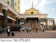 Здание пригородных касс и выход на перрон к поездам с пассажирами на лестнице, на главном железнодорожном вокзале г. Красноярска. Редакционное фото, фотограф Светлана Попова / Фотобанк Лори