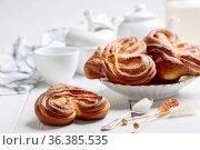 Swirling buns sprinkled with sugar. Стоковое фото, фотограф Марина Сапрунова / Фотобанк Лори