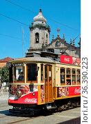 Traditionelle elektrische Strassenbahn im Zentrum von Porto. Стоковое фото, фотограф Zoonar.com/Atlantismedia / easy Fotostock / Фотобанк Лори
