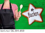 Backen Zimtstern wird von Küchenchef gezeigt. Стоковое фото, фотограф Zoonar.com/Nils Melzer / easy Fotostock / Фотобанк Лори