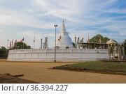 Вид на древний  буддистский храм  Thuparama Dagoba солнечным вечером. Анурадхапура, Шри-Ланка (2020 год). Стоковое фото, фотограф Виктор Карасев / Фотобанк Лори