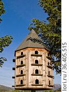 Eine ganze Taubenschar findet in diesem originellen Taubenhaus Schutz... Стоковое фото, фотограф Zoonar.com/Christa Eder / easy Fotostock / Фотобанк Лори