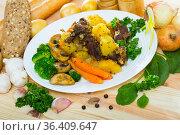 Roast with beef, mushrooms and vegetables. Стоковое фото, фотограф Яков Филимонов / Фотобанк Лори