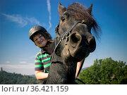 Pferdekopf mit jungen Reiterin im Sommer. Стоковое фото, фотограф Zoonar.com/Birgit Reitz-Hofmann / easy Fotostock / Фотобанк Лори