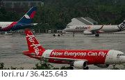 AirAsia passenger plane taxiing in the rain (2016 год). Редакционное видео, видеограф Игорь Жоров / Фотобанк Лори