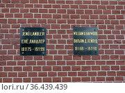 Надгробные плиты политических деятелей Енё Ландлера и Вильяма Хейвуда в Кремлёвской стене в центре города Москвы. Редакционное фото, фотограф Free Wind / Фотобанк Лори