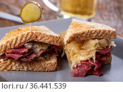 Reuben Sandwich auf einem Teller mit Pommes frites. Стоковое фото, фотограф Zoonar.com/Bernd Juergens / easy Fotostock / Фотобанк Лори
