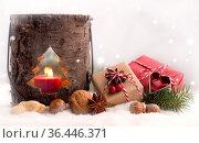 Weihnachten - Bunte Päckchen mit Laterne im Schnee. Стоковое фото, фотограф Zoonar.com/Petra Schüller / easy Fotostock / Фотобанк Лори