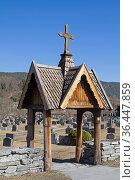 Der Eingang zum Kirchhof in Heddal wurde im Stabkirchenstil erbaut. Стоковое фото, фотограф Zoonar.com/Eder Christa / easy Fotostock / Фотобанк Лори