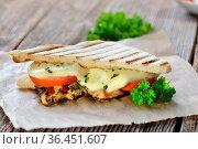 Streetfood: Italienisches Panini mit gegrillter Kräuter-Hähnchenbrust... Стоковое фото, фотограф Zoonar.com/Karl Allgaeuer / easy Fotostock / Фотобанк Лори