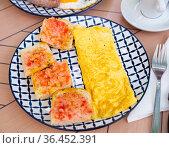 Healthy omelet and sweet jam sandwiches. Стоковое фото, фотограф Яков Филимонов / Фотобанк Лори