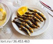 Espeto de sardinas with slice of lemon. Стоковое фото, фотограф Яков Филимонов / Фотобанк Лори