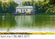 Патриаршие пруды. Летнее утро. Москва. Редакционное фото, фотограф E. O. / Фотобанк Лори