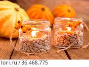 Teelichtgläser mit Herbstdeko. Стоковое фото, фотограф Zoonar.com/Petra Schüller / easy Fotostock / Фотобанк Лори