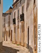 Typische Hausfassaden und schmale Strasse in der Altstadt von Faro. Стоковое фото, фотограф Zoonar.com/Atlantismedia / easy Fotostock / Фотобанк Лори