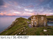 Doyden Castle, a little fortress at the edge of the cliffs on the Port Quin headland, at sunset. This small cove and hamlet is situated between Port Isaac... Стоковое фото, фотограф Ross Hoddinott / Nature Picture Library / Фотобанк Лори