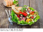 Buntes, gemischtes Gemüse vom Grill mit Feta auf Lollo bionda dazu... Стоковое фото, фотограф Zoonar.com/Karl Allgaeuer / easy Fotostock / Фотобанк Лори
