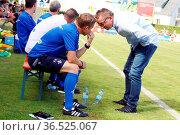 Hatten beim Testspiel was zu besprechen: v.li. Co-Trainer Frank Heinemann... Стоковое фото, фотограф Zoonar.com/Joachim Hahne / age Fotostock / Фотобанк Лори