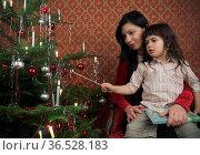 Halbkörperaufnahme einer Mutter mit Tochter beim Weihnachtskerzen... Стоковое фото, фотограф Zoonar.com/Lars Patzek / easy Fotostock / Фотобанк Лори