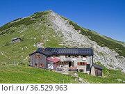 Die idyllische Weilheimer Hütte liegt im Sattel zwischen Krottenkopf... Стоковое фото, фотограф Zoonar.com/Eder Christa / easy Fotostock / Фотобанк Лори