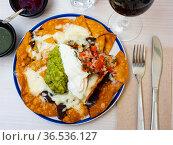 Corn chips nachos with guacamole and pico de gallo. Стоковое фото, фотограф Яков Филимонов / Фотобанк Лори