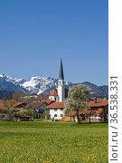 Die idyllische Dorfkirche von Arzbach mit schneebedeckter Benediktenwand... Стоковое фото, фотограф Zoonar.com/Eder Christa / easy Fotostock / Фотобанк Лори