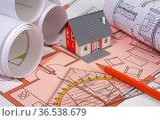 Bauplan mit Modellhaus während der Planung. Стоковое фото, фотограф Zoonar.com/Wolfilser / easy Fotostock / Фотобанк Лори