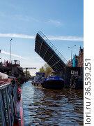 Schiff unterquert eine geöffnete Zugbrücke in Amsterdam, Niederlande... Стоковое фото, фотограф Zoonar.com/Dirk Rueter / age Fotostock / Фотобанк Лори
