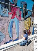 Künstlerin bei der Restaurierung und Beseitigung von Schmierereien... Стоковое фото, фотограф Zoonar.com/Heiko Kueverling / age Fotostock / Фотобанк Лори