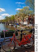 Rotes Fahrrad auf einer Brücke über die Prinsengracht in Amsterdam... Стоковое фото, фотограф Zoonar.com/Dirk Rueter / age Fotostock / Фотобанк Лори