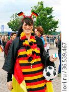 Alles Fußball oder was? Weiblicher Fußballfan ganz in Fußballkleidung... Стоковое фото, фотограф Zoonar.com/Joachim Hahne / age Fotostock / Фотобанк Лори