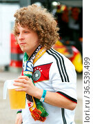 Deutscher Fan mit einem Becher Bier beim Public Viewing Freiburg - ... Стоковое фото, фотограф Zoonar.com/Joachim Hahne / age Fotostock / Фотобанк Лори
