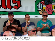 Fankurve / Fans / Fanblock / Erst mal richtig stärken vor dem Spiel... Стоковое фото, фотограф Zoonar.com/Joachim Hahne / age Fotostock / Фотобанк Лори