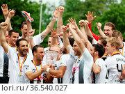 Da ist der Pott - die Villinger Spieler feiern den Gewinn des Pokals... Стоковое фото, фотограф Zoonar.com/Joachim Hahne / age Fotostock / Фотобанк Лори