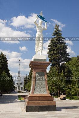 """Скульптура """"Водный путь"""" на аллее возле Северного речного вокзала в Москве"""