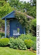 Garten mit blauem Gartenhaus. Стоковое фото, фотограф Zoonar.com/Martina Berg / easy Fotostock / Фотобанк Лори